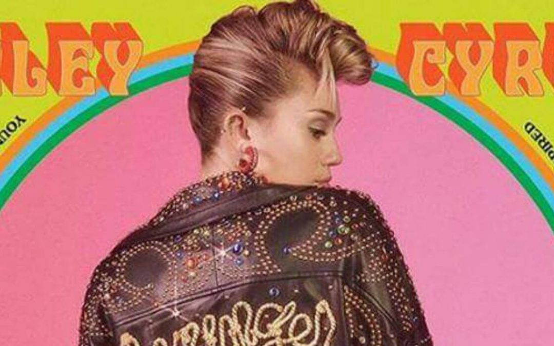 "Miley Cyrus espléndida con un diseño de Jeremy Scott en ""Younger Now"""
