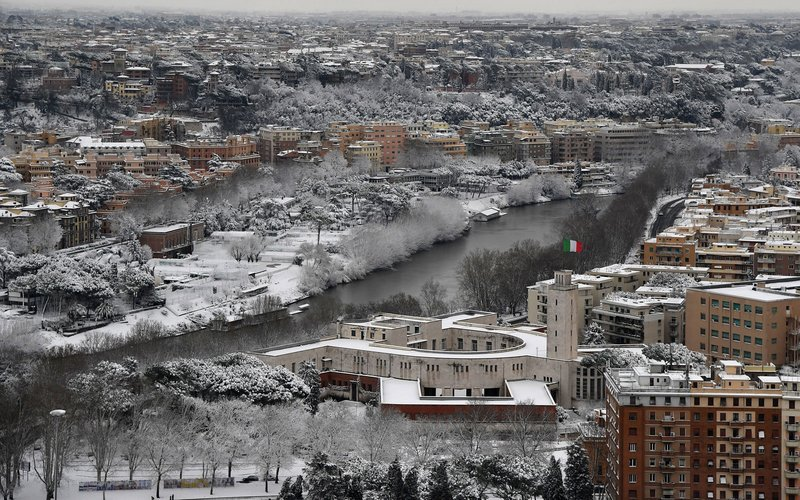 TOPSHOT - A picture taken on February 26, 2018 shows a panoramic view of Rome covered by snow. / AFP PHOTO / TIZIANA FABI        (Photo credit should read TIZIANA FABI/AFP/Getty Images)