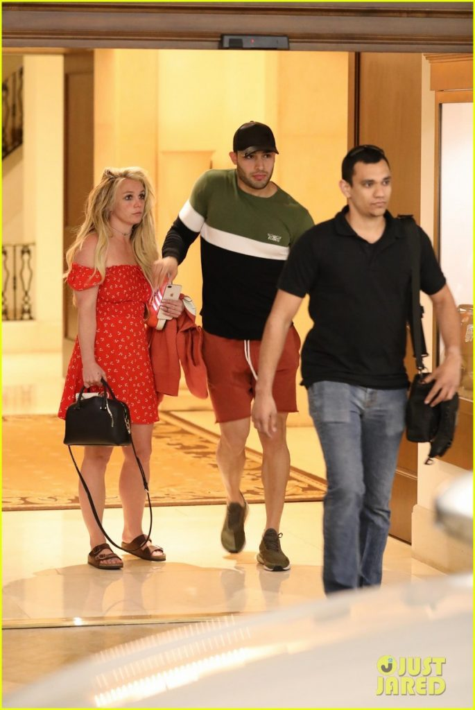 britney-spears-photographed-first-time-after-facility-10_1555958889