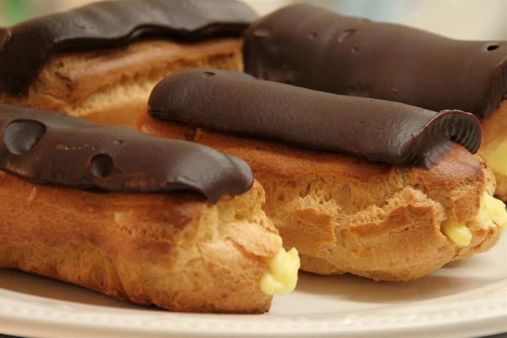 1200px-Eclairs_with_chocolate_i