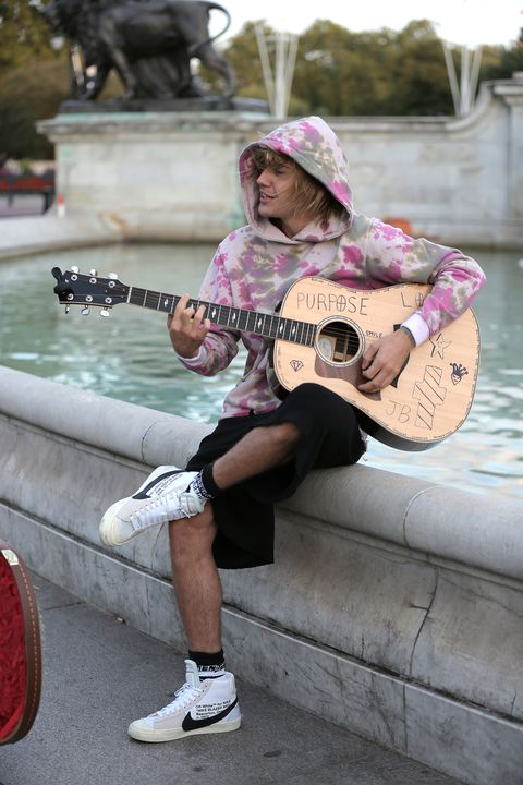 justin-bieber-stops-at-the-buckingham-palace-fountain-to-news-photo-1035791134-1557768265