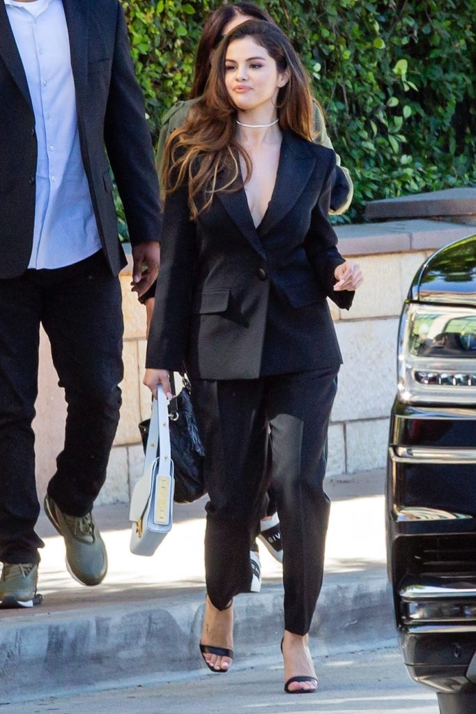 Photo © 2019 Backgrid/The Grosby Group Spain: Lagencia Grosby EXCLUSIVE Burbank, CA, 23 Oct, 2019. Singer-actress Selena Gomez puts on a very sexy and sophisticated display in a black suit with no bra and chic handbag as she heads to a business meeting at Burbank Studios in Burbank, California. Pictured: Selena Gomez