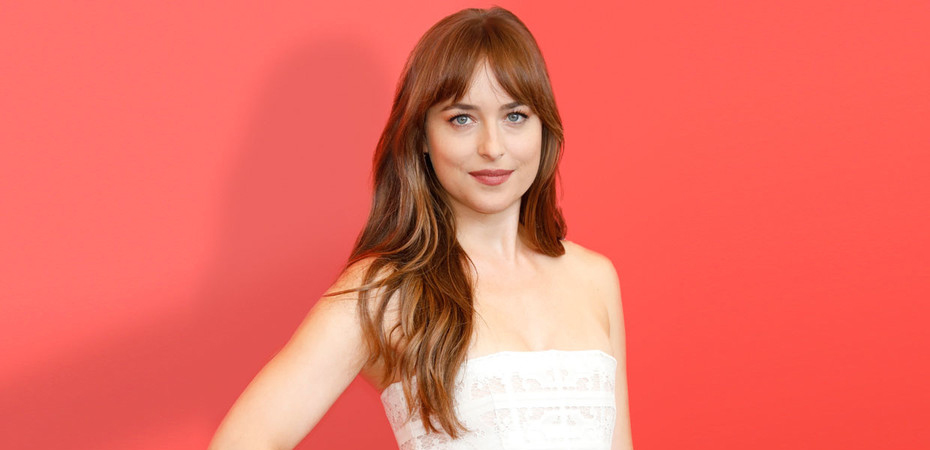 Dakota Johnson deslumbró con un look jugado